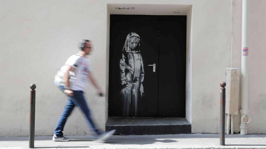 Het kunstwerk van Banksy op de nooddeur van het Bataclan Theater ©AFP